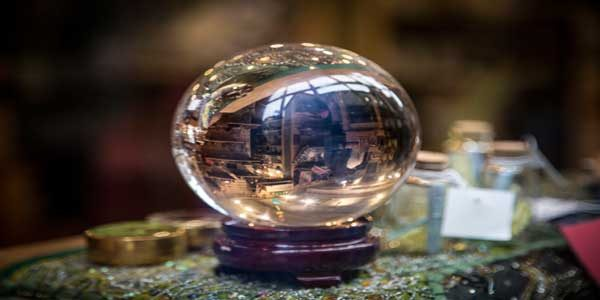 El uso de la bola de cristal por los videntes
